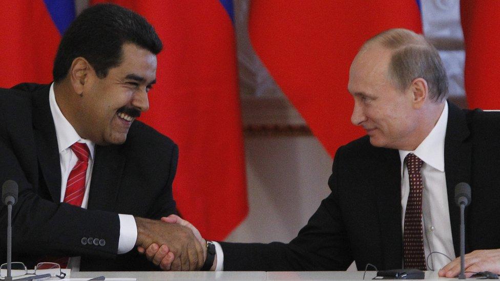 Ruski predsednik Vladimir Putin i njegov venecuelanski kolega Nikolas Maduro se rukuju u Kremlju, Moskva 2. jul 2013.
