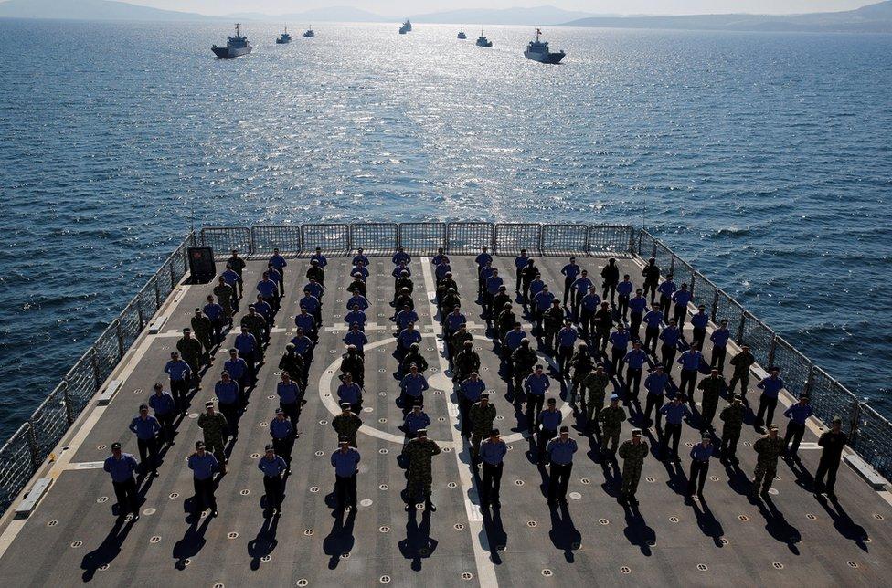 Članovi posade na brodu L-402