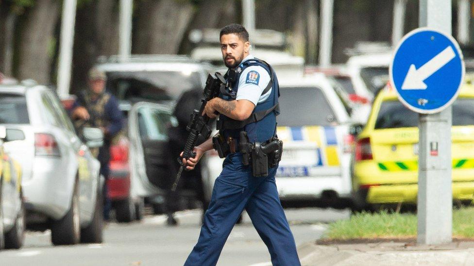 Naoružani policajac ispred džamije Al Nur, Novi Zeland