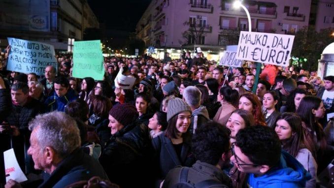 Grupa građana u protestnoj šetnji u Cetinju povodom najavljenog molebana SPC 2