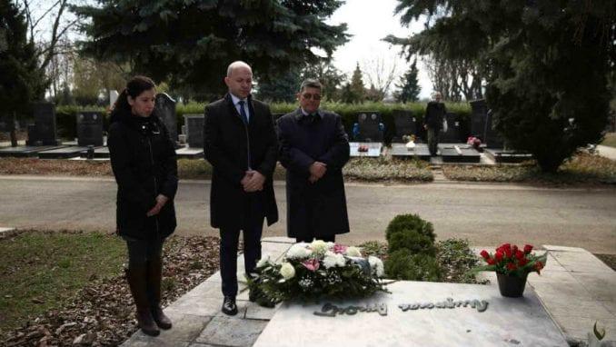 Položeni venci na grob i spomenik pesnika Miroslava Mike Antića 1