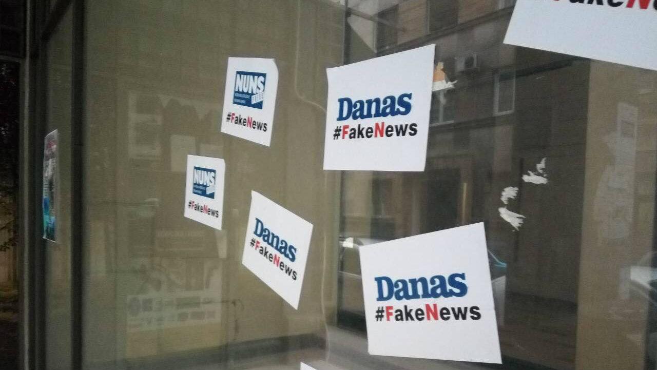 """Ulaz u zgradu u kojoj je redakcija Danasa oblepljen natpisima """"#FakeNews"""" 2"""