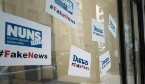 """Ulaz u zgradu u kojoj je redakcija Danasa oblepljen natpisima """"#FakeNews"""" 3"""