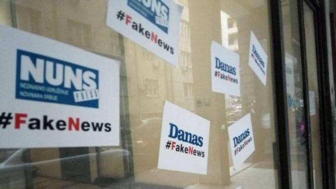 """Ulaz u zgradu u kojoj je redakcija Danasa oblepljen natpisima """"#FakeNews"""" 1"""