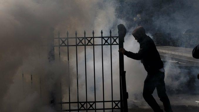 Albanski antivladini demonstranti pokušali da upadnu u parlament 4