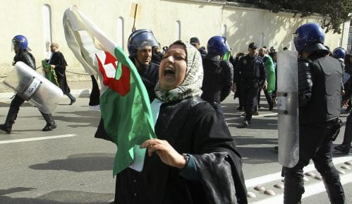 Nekoliko hiljada ljudi na protestu u glavnom gradu Alžira 9