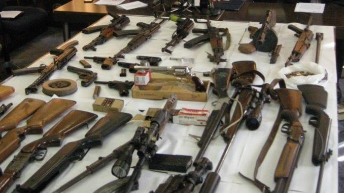 Poreska uprava uručuje rešenja za registrovano oružje 2