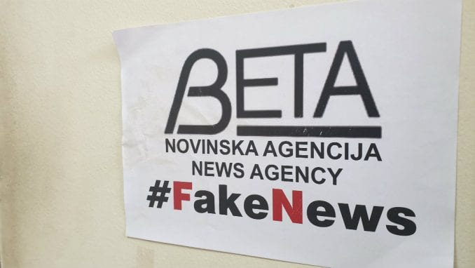 Novinska agencija Beta izlepljena plakatima #FakeNews 2
