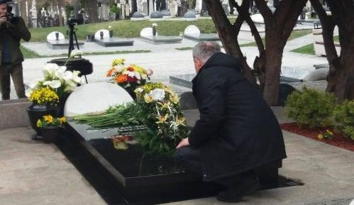 Funkcioneri DS i prijatelji položili venac i cveće na grob Đinđića 3