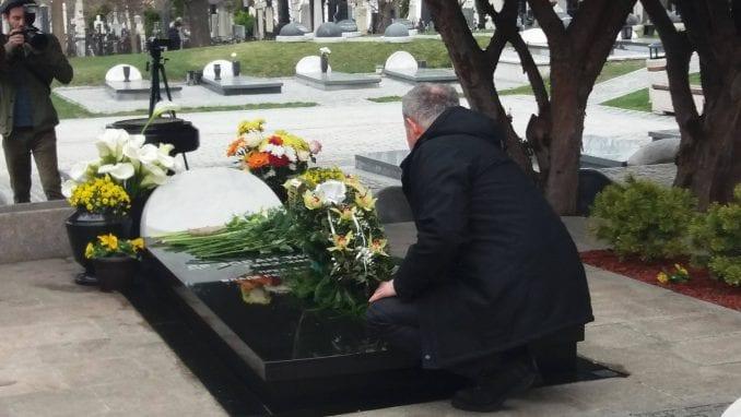Funkcioneri DS i prijatelji položili venac i cveće na grob Đinđića 1