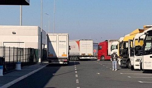 Kamioni na graničnom prelazu Batrovci čekaju 24 sata da pređu u Hrvatsku 13