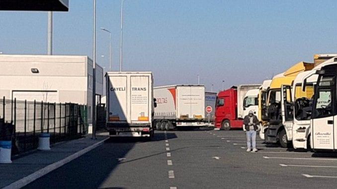Kamioni na graničnom prelazu Batrovci čekaju 24 sata da pređu u Hrvatsku 4