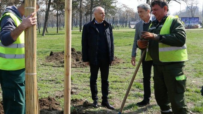 Radojičić u akciji sadnje 163 stabla u parku Ušće u Beogradu 1