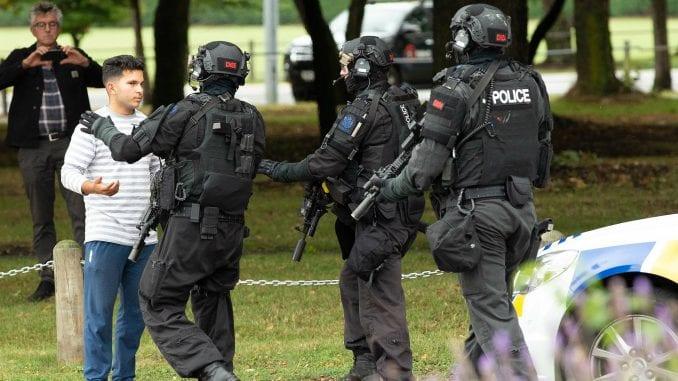 U pucnjavi u dve džamije na Novom Zelandu ubijeno 49 ljudi, ćirilica na oružju napadača (FOTO) 3
