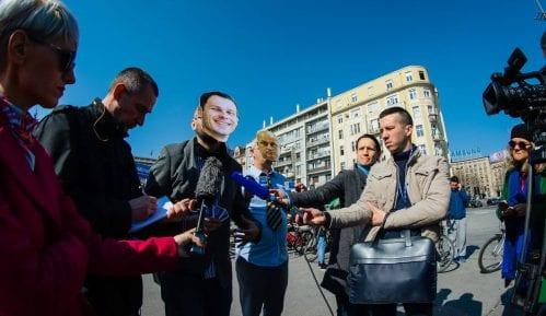 Protest biciklista: Performans ispred Skupštine grada sa maskama Vesića i Malog 13