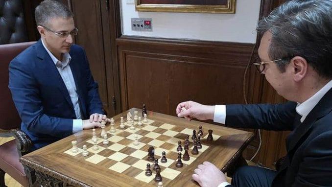 Vučić na Instagramu objavio fotografiju na kojoj igra šah sa Stefanovićem u Predsedništvu 1