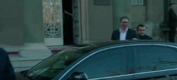 Insajder: Vučiću uzvikivali da je lažov i lopov dok je izlazio (VIDEO) 1