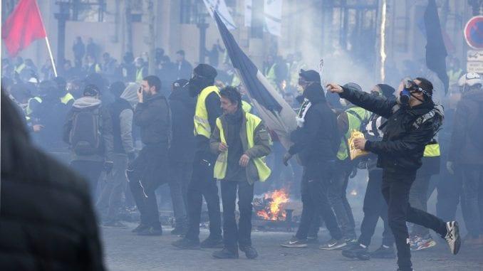 Požari i sukobi s policijom na protestu Žutih prsluka u Parizu 4