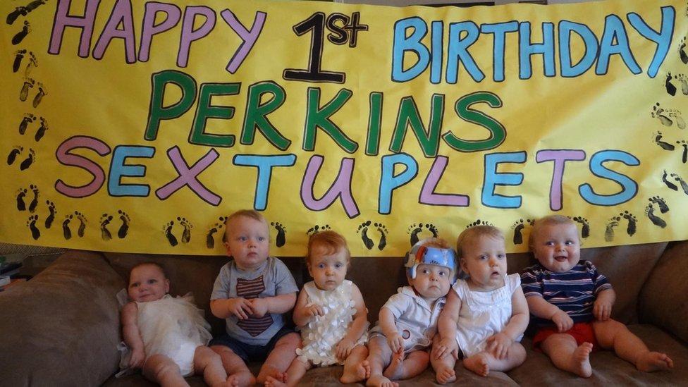 Perkins šestorke za prvi rođendan