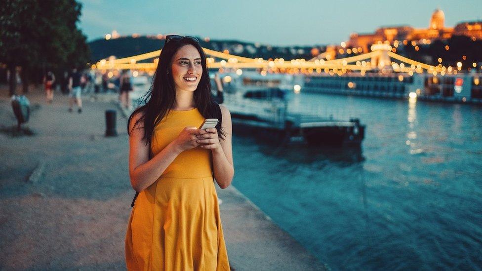devojka sa telefonom u ruci