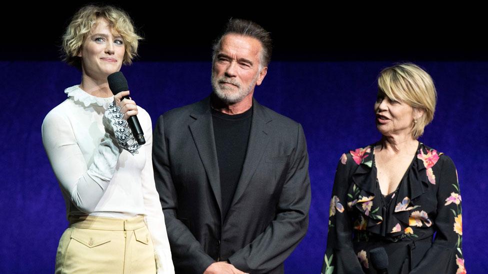 Dejvis, Švarceneger i Linda Hamilton