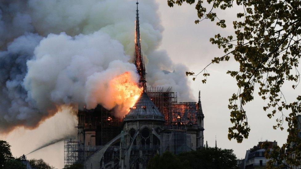 Scene požara u Parizu, april 2019.