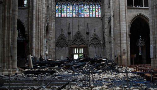 """Požar u Notr Damu: Makron kaže da će obnovljena katedrala biti """"još lepša"""" 15"""