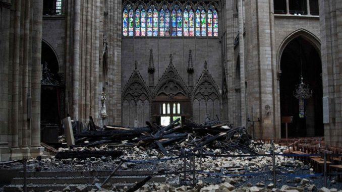 """Požar u Notr Damu: Makron kaže da će obnovljena katedrala biti """"još lepša"""" 4"""