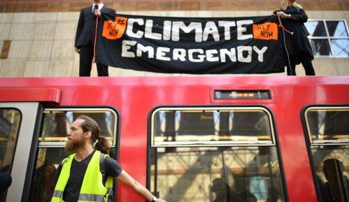 Klimatski protest u Londonu: Hapšenje demonstranata i zaustavljanje metroa 9