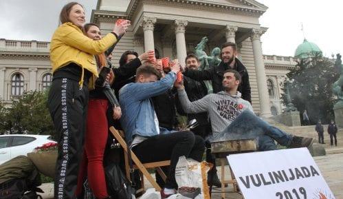 Performans ispred Skupštine, studenti hrane Vulina i Vesića 6