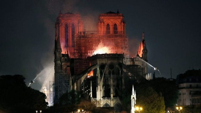Konstrukcija Notr Dama sačuvana uprkos požaru (FOTO, VIDEO) 1
