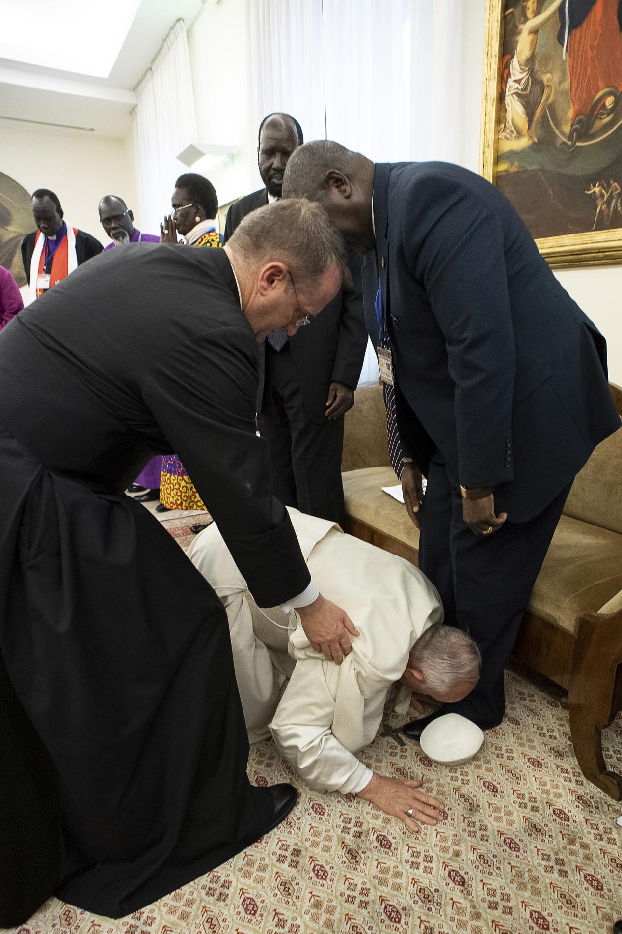 Papa poljubio stopala južnosudanskih vođa da ohrabri mir (FOTO) 2