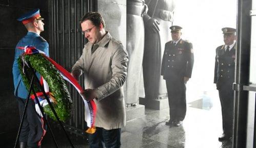 Selaković položio venac na Spomenik Neznanom junaku 1