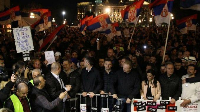 Lideri opozicije odneli ogradu sa Trga pred Gradsku skupštinu (VIDEO, FOTO) 1