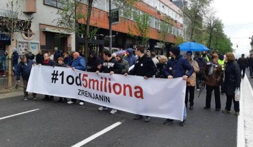 Zrenjaninci na protest stigli privatnim automobilima (FOTO) 11