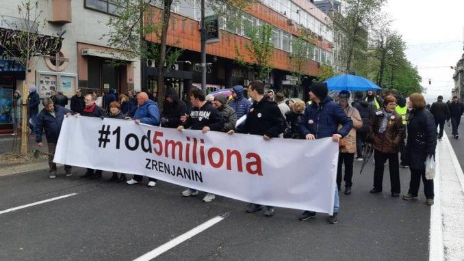 Zrenjaninci na protest stigli privatnim automobilima (FOTO) 4