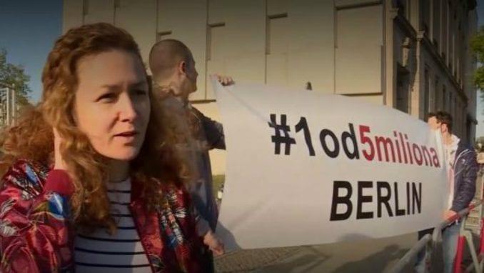 Podsetnik za Vučića: U Berlinu razvijen transparent Jedan od pet miliona 1