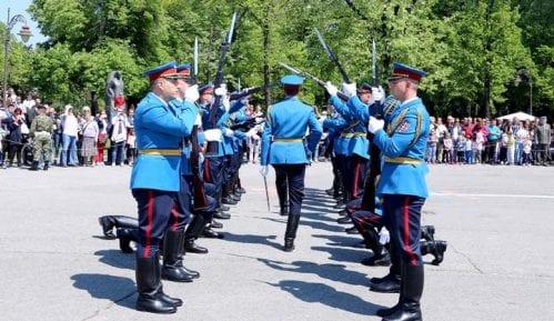 Promenadni defile orkestra i egzercir pripadnika Garde, povodom Dana vojske 4