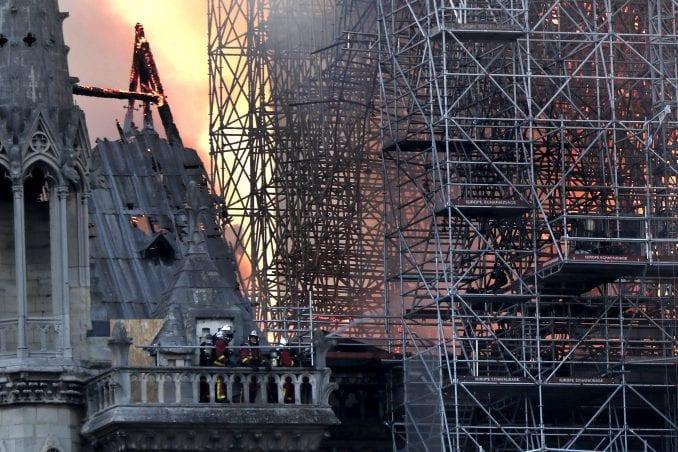 U Notr Damu danas održana prva misa posle požara 3