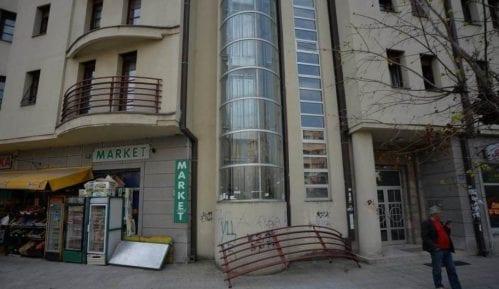 Ograda pala s terase stambene zgrade u Nišu, nema povređenih, oštećen automobil 4