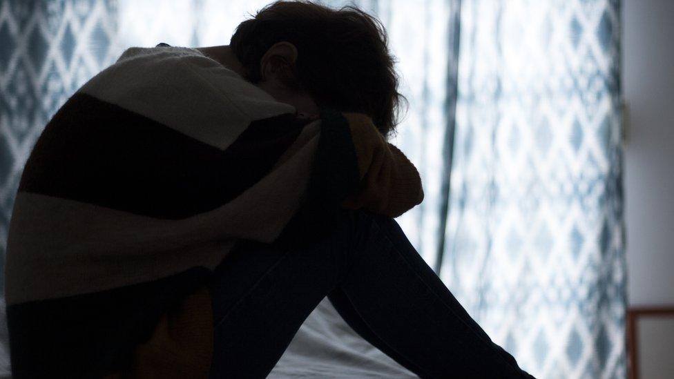 žena u depresiji na krevetu