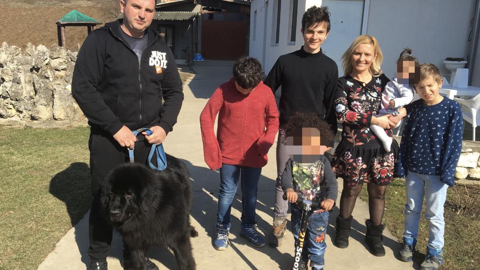 Porodica Novaković ispred kuće u Bariču, februar 2019. Hraniteljska porodica