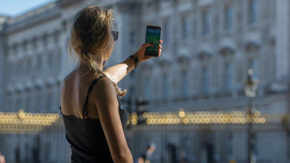 Građani EU sada mogu da putuju širom bloka, a da ne plaćaju korišćenje mobilnog telefona više nego kod kuće