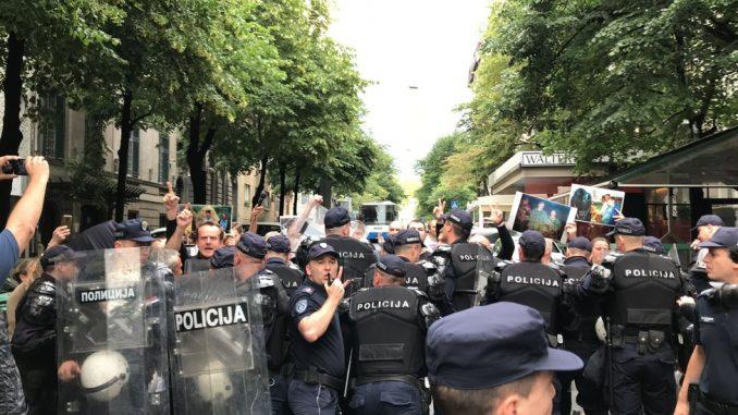 """Kosovo, dan kasnije: Protesti u Beogradu i Mitrovici, povređeni Rus i """"udar na kriminal"""" 2"""
