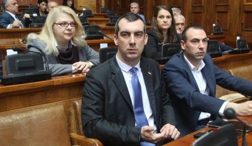Orlić opet pokazivao naslovnu stranu Danasa u Skupštini 12