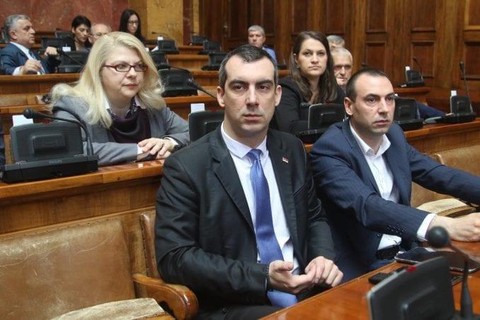 Orlić opet pokazivao naslovnu stranu Danasa u Skupštini 1