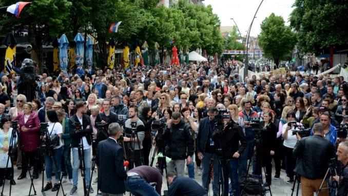 Miran protest građana u Mitrovici zbog hapšenja policajaca (FOTO, VIDEO) 3