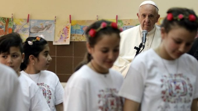 Papa posetio izbeglički centar u Bugarskoj 1