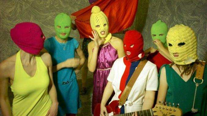 Članica grupe Pusi rajot i šest njenih prijatelja privedeno u Moskvi 2