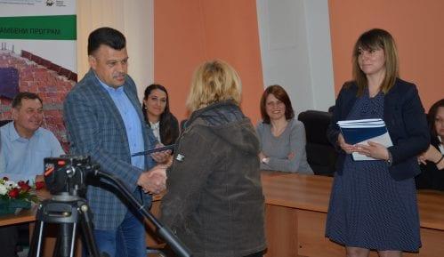 Potpisan ugovor o dodeli pomoći građevinskog materijala za izbeglice u Beloj Palanci 11